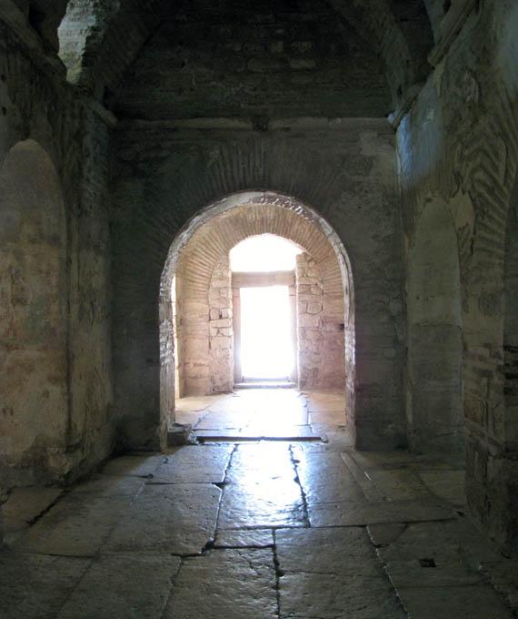 Внутри церкви становится спокойно и умиротворенно