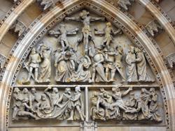 Сцена распятия на входными дверями собора св. Вита