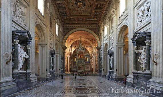 Вдалеке виден Папский алтарь