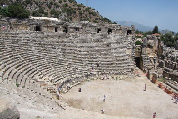 Амфитеатр приятно удивляет своими размерами