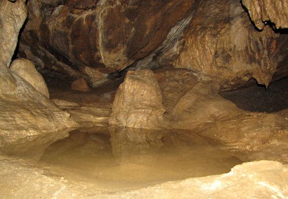 Одно из озер Красной пещеры