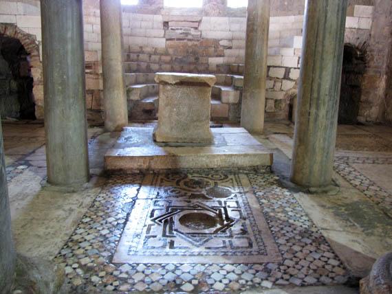 Алтарная часть храма (хорошо видно древняя мозаика)