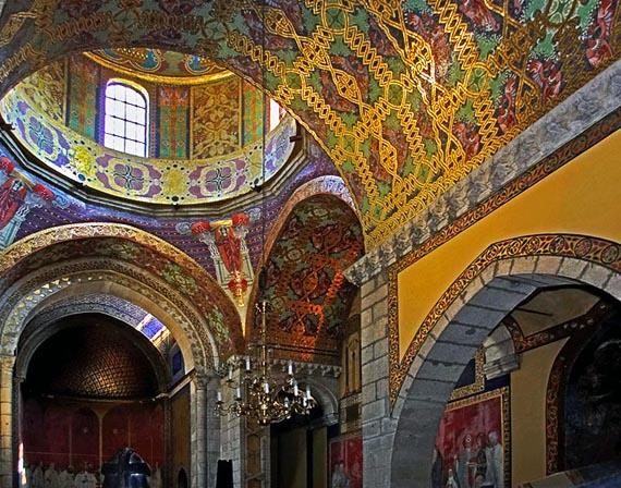 Внутри Армянского кафедрального собора