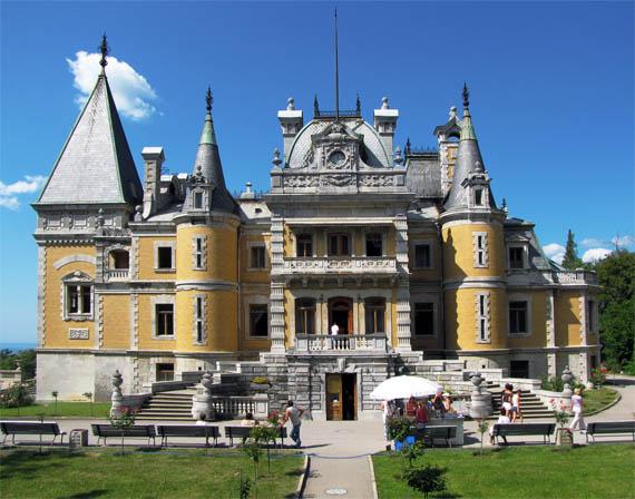 Массандровский дворец похож на сказочный замок