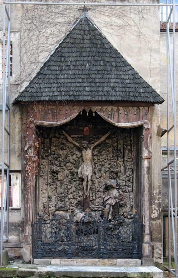 Голгофа во дворе Армянского собора