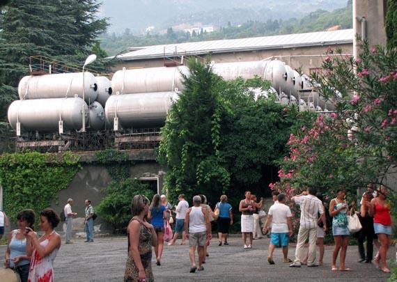 Во дворе завода Магарач